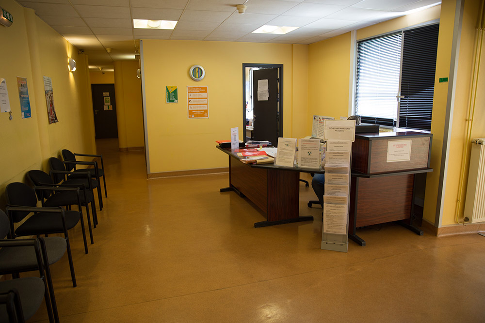 Salle d'attente des patients non injectés et accueil